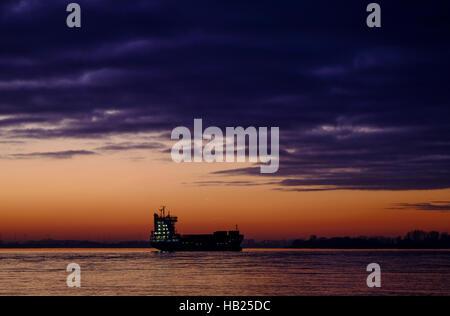 """Hamburg, Deutschland. 4. Dezember 2016. Das Containerschiff """"Hanni"""" hat auf der Elbe in Hamburg, Deutschland, 4. - Stockfoto"""
