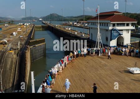Passagiere auf einem Kreuzfahrtschiff Linie die Schienen, wie das Schiff betritt das Miraflores Lock vom Pazifischen - Stockfoto