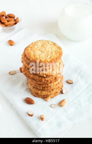 Hausgemachte Mandel Kekse auf weißen Tisch mit textfreiraum - gesunde hausgemachte vegane Vegetarier Gebäck mit - Stockfoto
