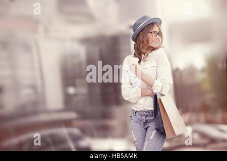 Glückliche junge modebewusste Frau mit Einkaufstüten genießen, Kaffee trinken, nach Einkaufs- und halten Kaffee - Stockfoto