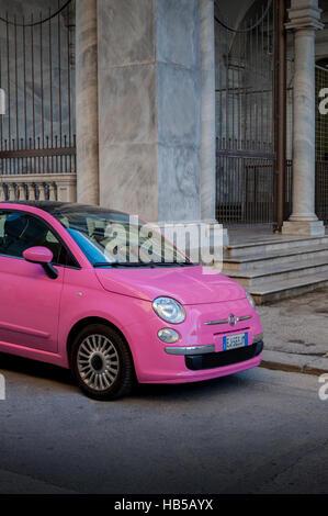 Rosa Fiat 500 geparkt in Seitenstraße, Livorno, Italien - Stockfoto