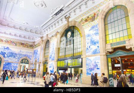 Menschen im Saal von Sao Bento Hauptbahnhof in Porto. Bahnhofsgebäude ist eine beliebte Touristenattraktion von - Stockfoto