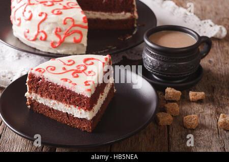 Stück hausgemachter roter Samt-Kuchen auf eine Platte Nahaufnahme. horizontale - Stockfoto