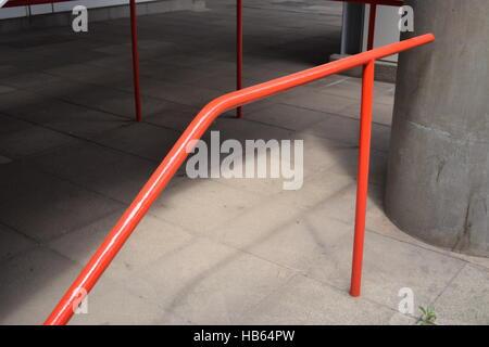 Rot lackiert Handläufe in einem öffentlichen Bereich - Stockfoto