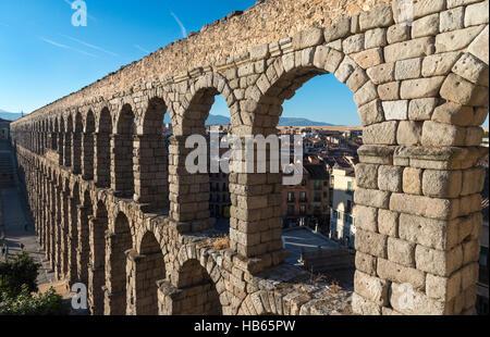 Suche entlang Segovias 1. Jahrhundert Roman Aqueduct in der Plaza Azuguejo, Segovia, Spanien - Stockfoto