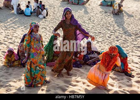 Wüstennomaden unterhalten Touristen, Jaisalmer, Thar-Wüste. - Stockfoto