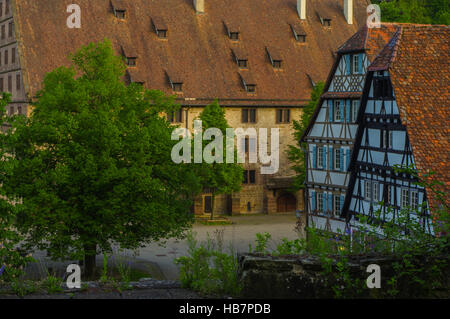 MAULBRONN, Deutschland - MAI 17, 2015: Tudor-Stil Reihenhäuser im Kloster ist Teil des UNESCO-Weltkulturerbe. - Stockfoto