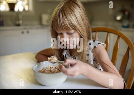 Kleines Mädchen beim Frühstück - Stockfoto