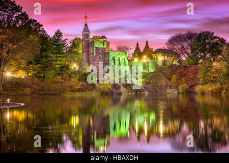 Central Park in New York City am Schloss Belvedere, während ein Herbst Twilight.