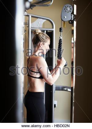Frau, trainieren Sie im Fitness-Studio - Stockfoto