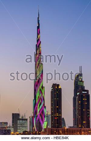 Die legendäre Wolkenkratzer, die Burj Khalifa es mit schillernden leuchtet, Effekte, dank seiner größten LED-beleuchteten - Stockfoto