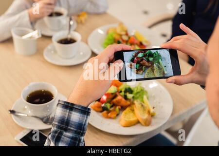 Close-up Mann Hände nehmen Bild von Lebensmitteln mit Mobile smart Phone - Stockfoto