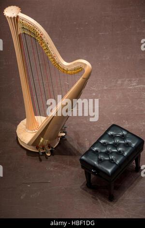 Draufsicht der klassische Harfe auf der Bühne vor dem Konzert - Stockfoto