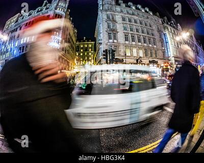 Candid Foto, Langzeitbelichtung, aufgenommen auf der Strang-London mit Fish-Eye-Objektiv - Stockfoto