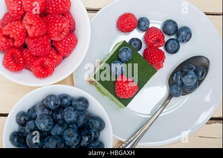 Grüner Tee Matcha Mousse Torte mit Beeren - Stockfoto