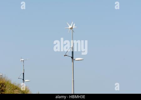 Wind und solar betriebene Laternenpfahl - Ökostrom liefert Strom für Licht in der Nacht zu beleuchten - Stockfoto