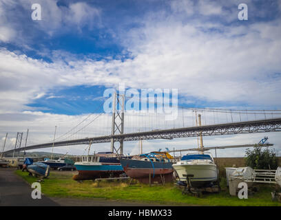 Boote vor die Forth Road Bridge - Stockfoto