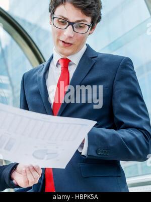 Geschäftsleute, die außen Büro - Stockfoto