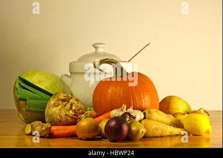 Die Schönheit des Herbstes als Stillleben mit Suppengrün und eine Suppenschüssel auf einem Holztisch - Stockfoto
