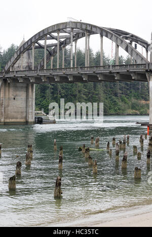 Siuslaw River Bridge am Highway 101 in Florence, Oregon. - Stockfoto