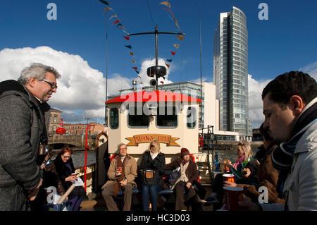 Die rote geschälten touristischen Boot Mona im Fluss Lagan in Belfast Nordirland Vereinigtes Königreich UK festgemacht. - Stockfoto