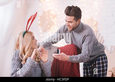 Positiven netten Mann zeigt seine Freundin einen Verlobungsring - Stockfoto