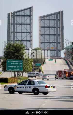 Florida, USA. 7. Dezember 2016. Ein Gas-Leck verursacht die Indiantown Straßenbrücke zu schließen und Herunterfahren - Stockfoto