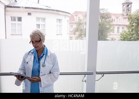 Arzt mit digital-Tablette im Korridor - Stockfoto