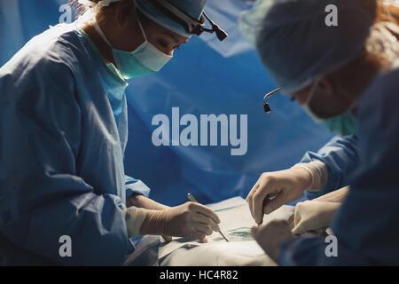 Chirurgen, die Operation im OP-Saal - Stockfoto