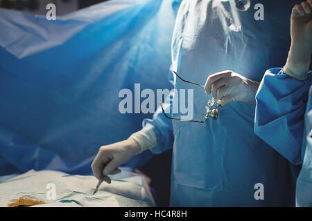 Mittleren Bereich der Chirurgen, die Operation im OP-Saal - Stockfoto