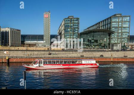 Ausflugsschiff auf der Spree vor dem Hauptbahnhof Berlin Hauptbahnhof, Berlin, Deutschland - Stockfoto