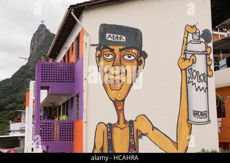Eine Zika Moskito Wandbild gemalt auf einem Gebäude in der Favela Santa Marta mit der Christus-Erlöser-Statue hinter - Stockfoto