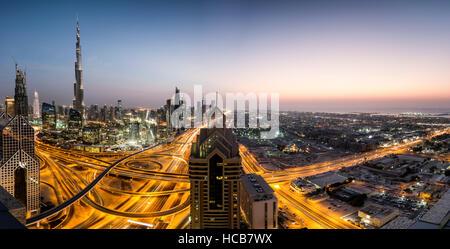 Blick auf Skyline von Shangri-La Hotel in der Abenddämmerung, beleuchtete Sheikh Zayed Road, Dubai, Burj Khalifa, - Stockfoto