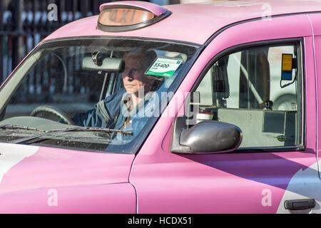 """Ein Reifen männlichen Taxifahrer im Verkehr in seinem rosa Taxi sitzen. Die Zeichen liest gemietet """"so er für Passagiere zu Hagel ihn für eine Reise wartet."""