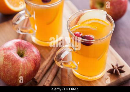 heiße orange Apfelwein mit Zimt würzen Erwärmung zu trinken - Stockfoto