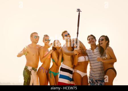 Gruppe von Freunden nehmen Selfie im Sommer - Stockfoto