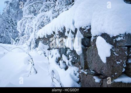 Bild Winter Landschaft von einem trockenen Stein Begrenzungswand tief verschneite. - Stockfoto