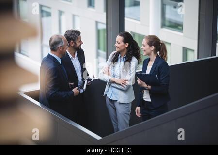 Geschäftsleute, die eine Diskussion im Büro - Stockfoto