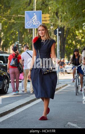 Frau mit vor Jil Sander Fashion Show in Mailand Fashion Week Streetstyle am 24. September 2016 in Mailand. - Stockfoto