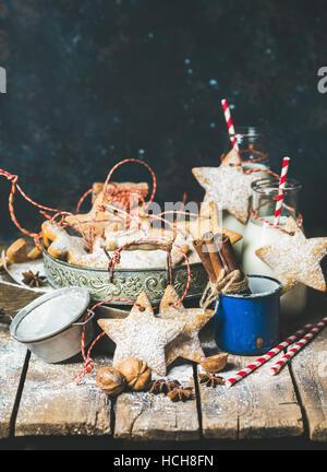 Weihnachten festlich Lebkuchen oder Kekse in Vintage Tablett, Dekoration Seil, Nüssen, Gewürze, Milch für den Weihnachtsmann - Stockfoto