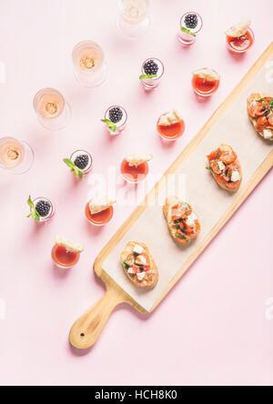 Catering, Bankett, Party-Food-Konzept. Brushettas, Snacks, Desserts mit Beeren auf Firmenfeier, Weihnachten, Geburtstag, - Stockfoto