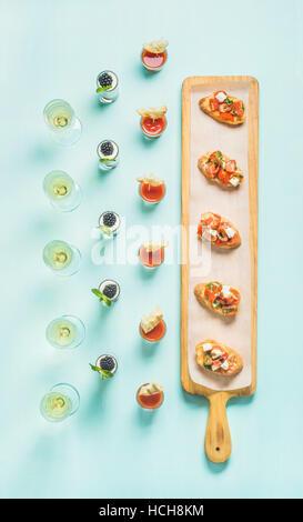 Verschiedene Snacks, Brushettas, Gazpacho Aufnahmen, Desserts mit Beeren und Champagner auf Firmenfeier, Weihnachten, - Stockfoto