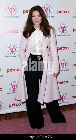 New York, NY, USA. 8. Dezember 2016. Lisa Vanderpump bei Instore-Auftritt für Lisa Vanderpump Haustiere Releases neue Lifestyle-Produkte in Partnerschaft mit PETCO, PETCO Union Square, New York, NY 8. Dezember 2016. Bildnachweis: RCF/Everett Collection/Alamy Live-Nachrichten Stockfoto