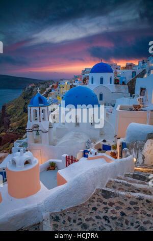 Santorini. Bild des kleinen Dorf Oia, gelegen auf der wunderschönen griechischen Insel Santorin, während des Sonnenuntergangs. - Stockfoto