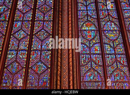Erstaunliche Glasfenster in der oberen Ebene der Sainte-Chapelle auf Île De La Cité, Paris, Frankreich. - Stockfoto