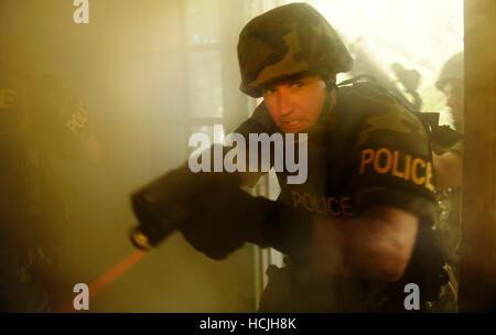 Eine spezielle Waffen und Taktiken (SWAT) Team zeigt, wie Räume mit Rauch und Waffen während ihres Verfahrens zu - Stockfoto