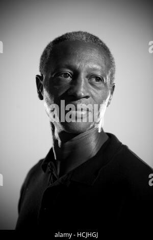 Eine afroamerikanische männliche Veteran blickt auf seiner linken Schulter. - Stockfoto