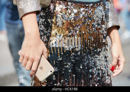 Frau mit goldenen, silbernen und schwarzen Pailletten Muster bevor Stella Jean Modenschau, Milan Fashion Week Streetstyle - Stockfoto