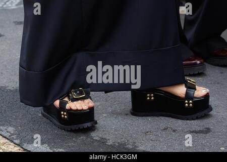 Frau mit schwarzen high Sandaletten und Silber Nagellack vor Wunderkind Modenschau, Milan Fashion Week Streetstyle - Stockfoto