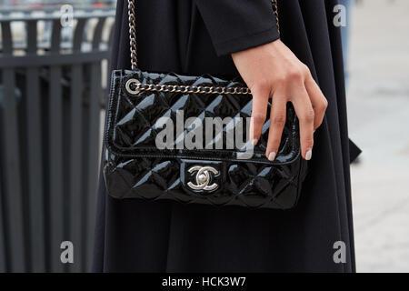 Frau mit schwarzen Chanel Lackleder Tasche vor Genny Modenschau, Milan Fashion Week Streetstyle am 22. September - Stockfoto